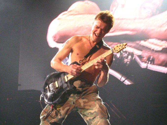 Eddie en pleine action sur sa guitare