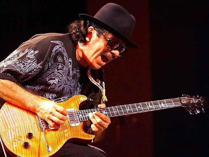le guitariste Carlos Santana en action