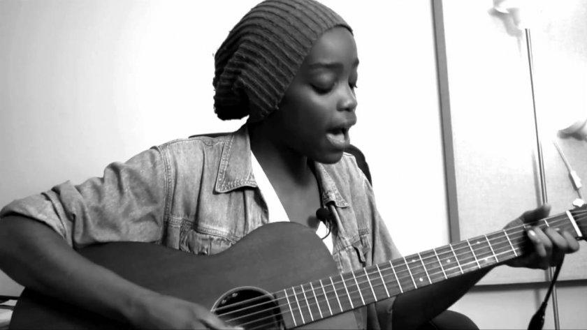 Irma sur sa guitare