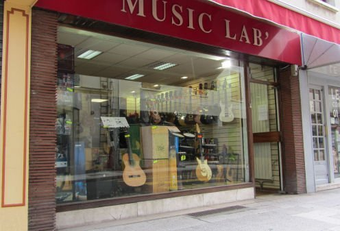 La façade du magasin Music Lab de Poissy